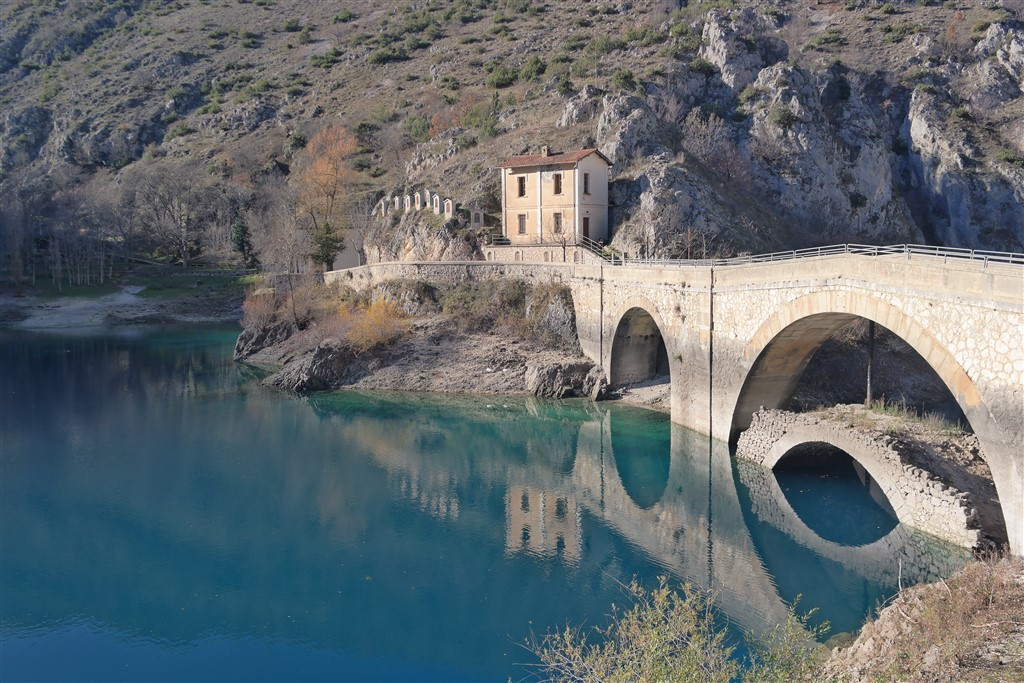 A heart–shaped lake, some confetti and other road-stories from Abruzzo, Italy
